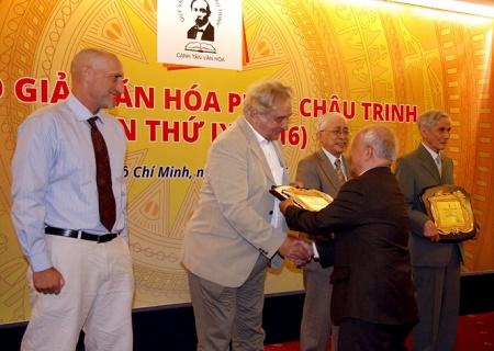 Nhà văn Nguyên Ngọc đang trao giải Vì sự nghiệp Văn hóa giáo dục cho GS Pierre Darriulat